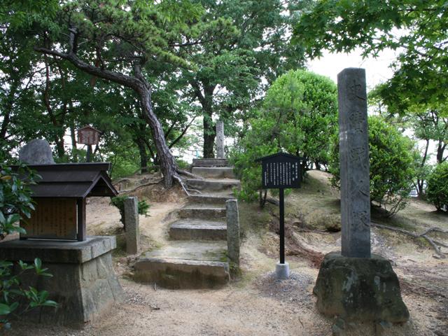 桶狭間の戦における戦死者を曹源寺二世快翁龍喜和尚が 明窓に命じ埋葬供養した塚