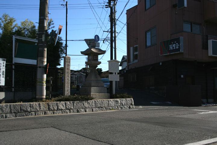 丹下町常夜灯-表に「秋葉大権現」 右に「寛政四年--」左に「新馬中」裏には「願主重因」と彫られている