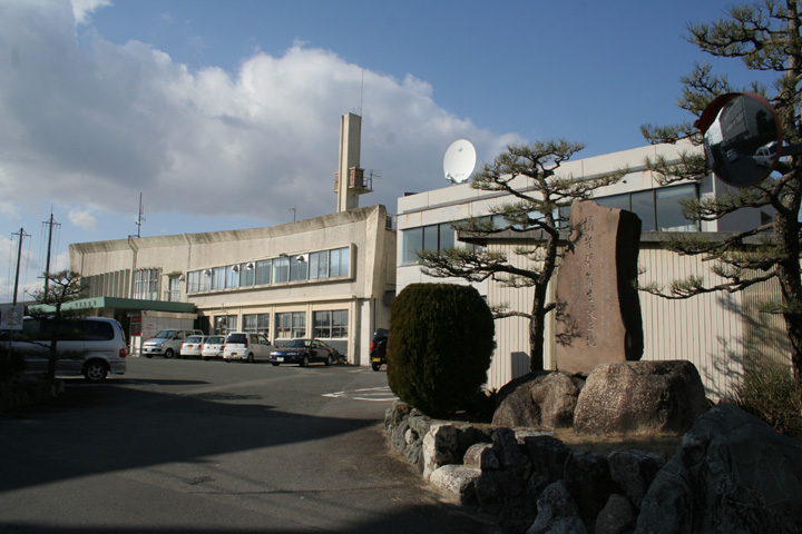 朝日町役場と橘守部生誕碑