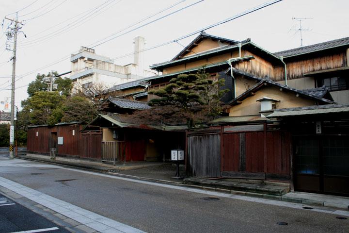 大塚本陣は現在、泉鏡花の「歌行灯」の 舞台となった料亭「船津屋」 となっている