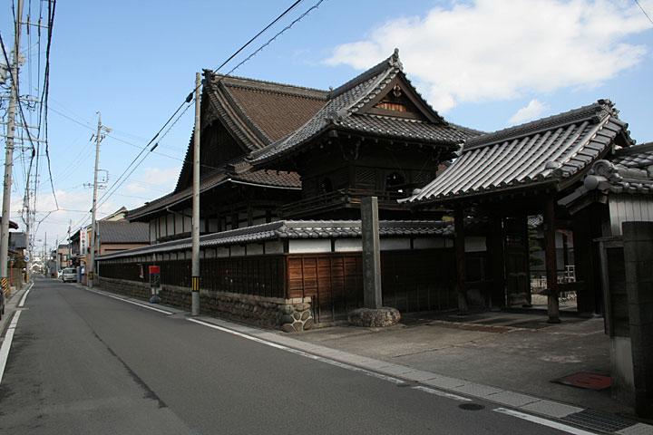 了順寺-山門は桑名城のものを移築したと伝えられている