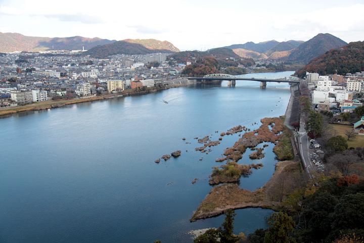 犬山城天守からの景色木曽川上流
