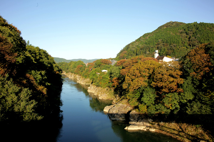 木曽川と金山城址(右手山頂)