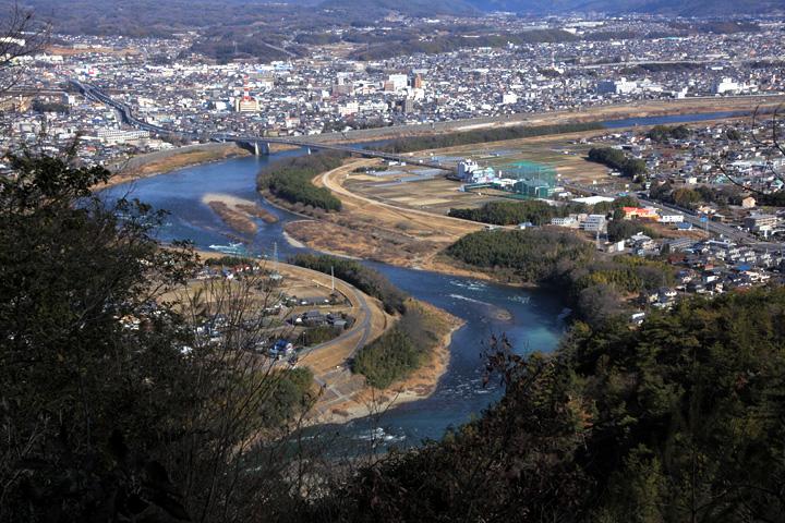 蛇行して流れる木曽川
