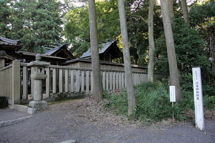 川俣神社本殿 本殿の裏に川俣城の土塁が残っている