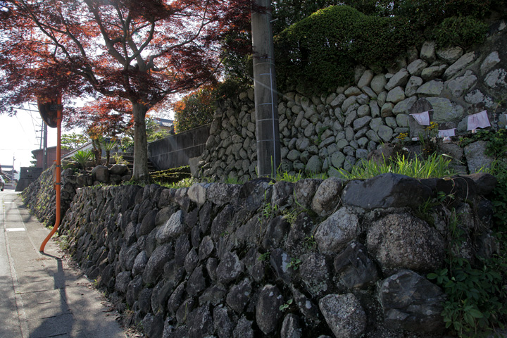 茶屋跡の石垣と地蔵