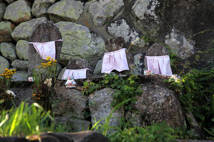 石垣の隅に置かれた地蔵数体