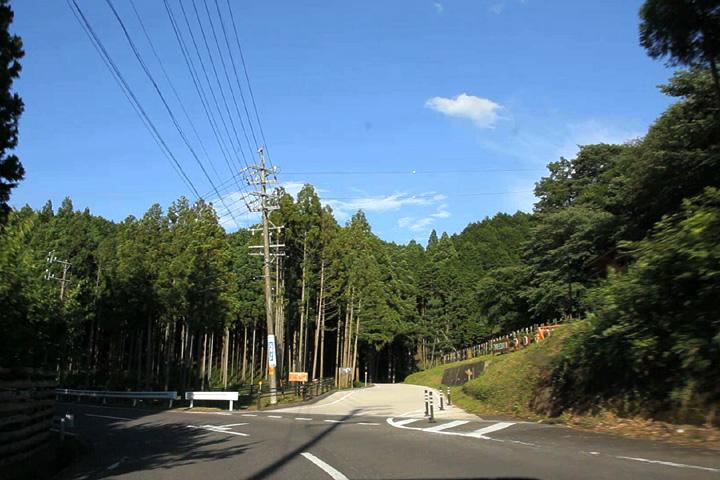 ここから大和街道は25号線と別れ山中へ