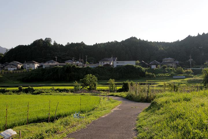 加太川を渡り梶ケ坂中心部へ