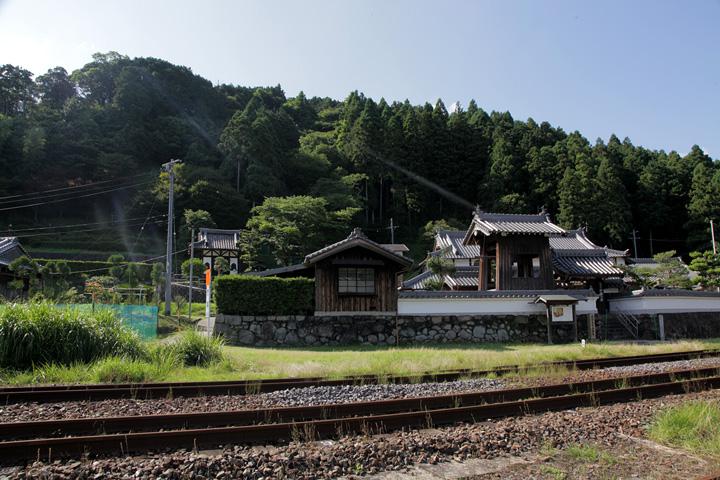 神福禅寺と背後に鹿伏兎(かぶと)城址