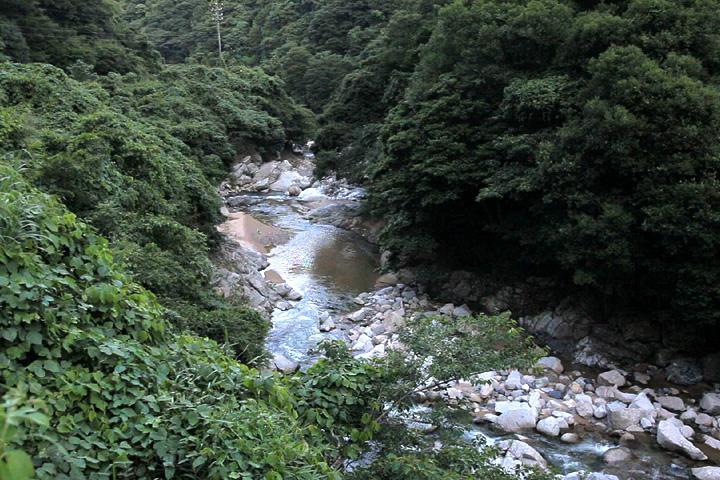 大和街道は加太川に沿って関町金場へと向かう