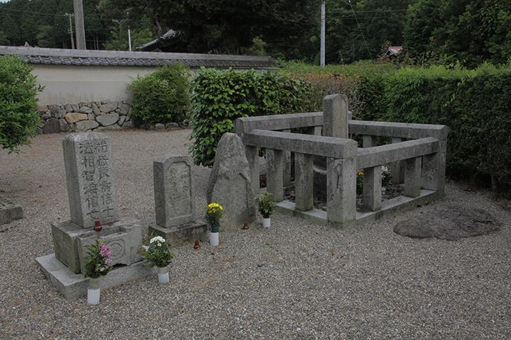 松尾家の墓 右側の囲いが芭蕉の墓