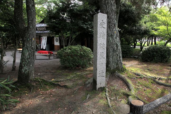 鍵屋の辻石碑と万屋