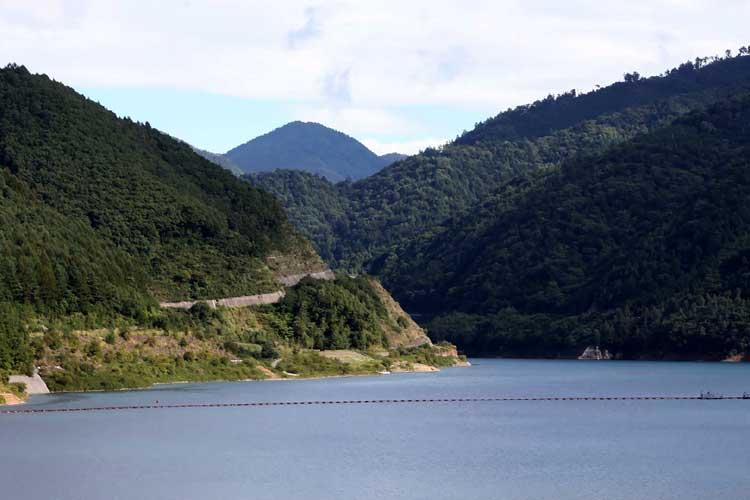 奥木曽湖と鉢盛山
