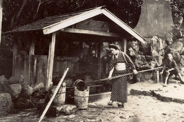 井戸から水を汲む 提供:南知多町