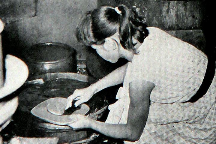 貴重な水で皿洗い  提供:愛知用水総合管理所