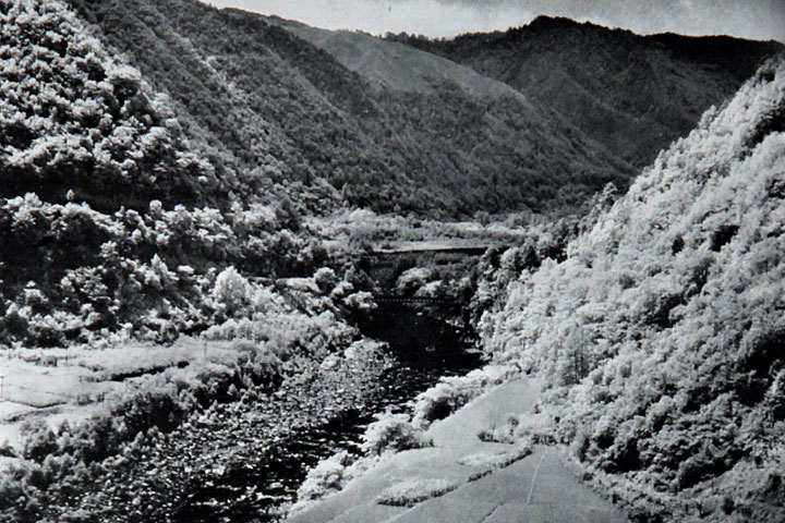 ダム着工前の王滝川と牧尾橋 提供:愛知用水総合管理所