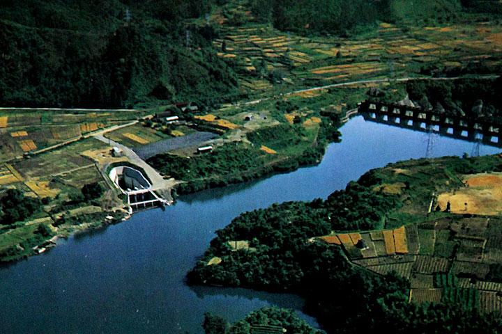 兼山取水口とダム湖  提供:愛知用水総合管理所