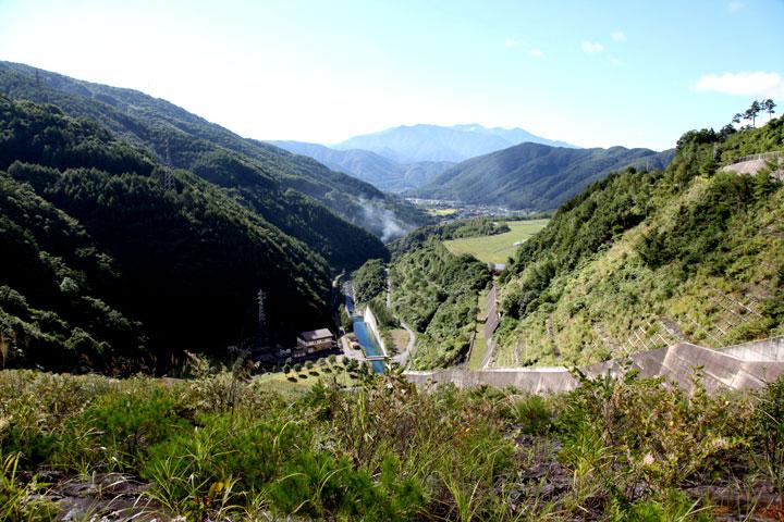 味噌川ダムから木祖村を見る