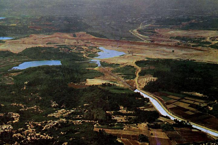 下流部から見た東郷調整池ダム  提供:愛知用水総合管理所