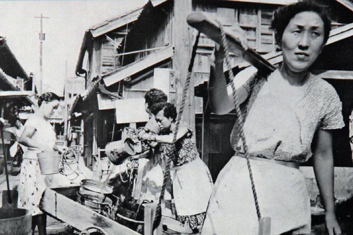 井戸から水を運ぶのが日課の主婦 提供:愛知用水総合管理所