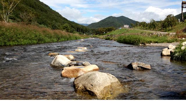 木祖村の中心を流れる木曽川 後方に木曽川源流の鉢盛山が見える