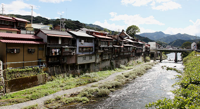 木曽川に沿って福島宿の町並みが続く