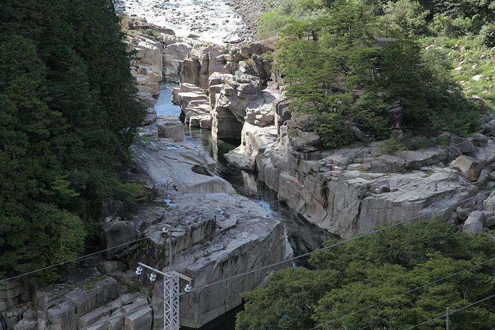 奇岩の中央を流れる木曽川