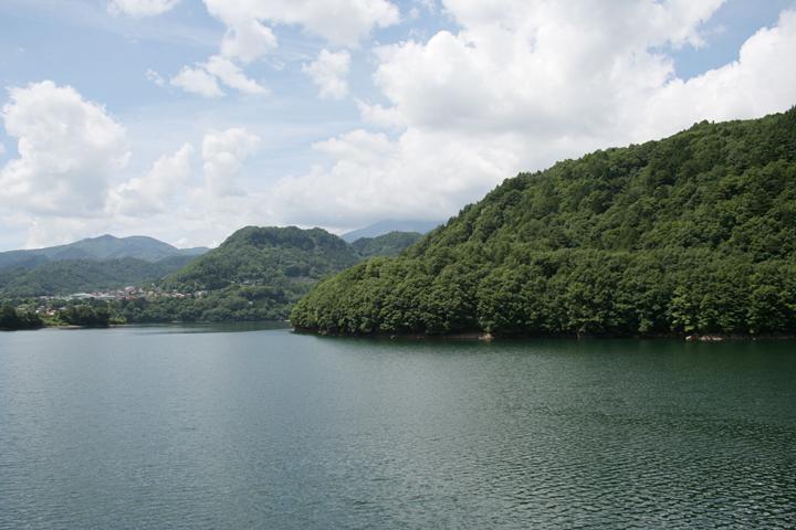 御岳湖 左手に小さく王滝村の集落が見える
