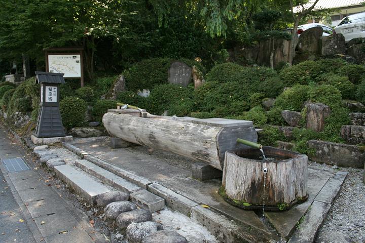 水舟(木をくり抜いて作られた水汲み場)