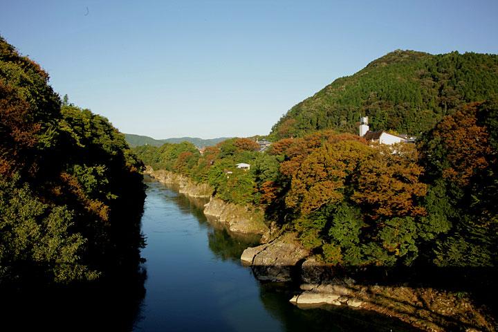 木曽川と金山城(右手山頂)