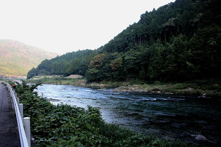 美濃市郊外より小倉山を見る