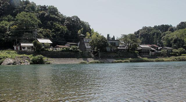 川湊灯台<br>  岐阜県下には大垣市と美濃市に残るのみの全国的にも珍しい建造物 江戸時代末期に建てられたものと推定されている