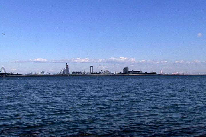 対岸にナガシマスパーランド