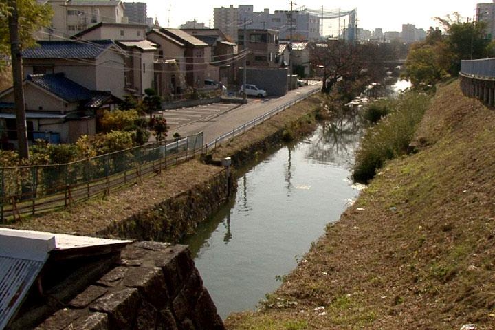 元杁樋門から矢田川方面に流れる