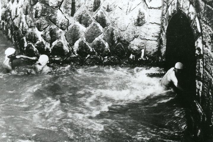 矢田川伏越トンネルで遊ぶ子供 提供:名古屋市北区役所