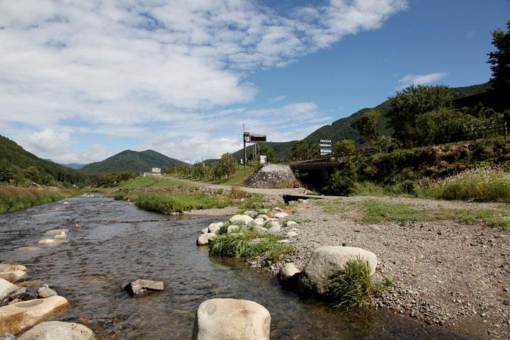 木祖村役場付近 画面左手に木曽川水源の鉢盛山が見える