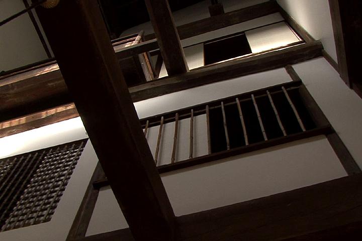 東松家住宅 土間の上が三階まで吹き抜け
