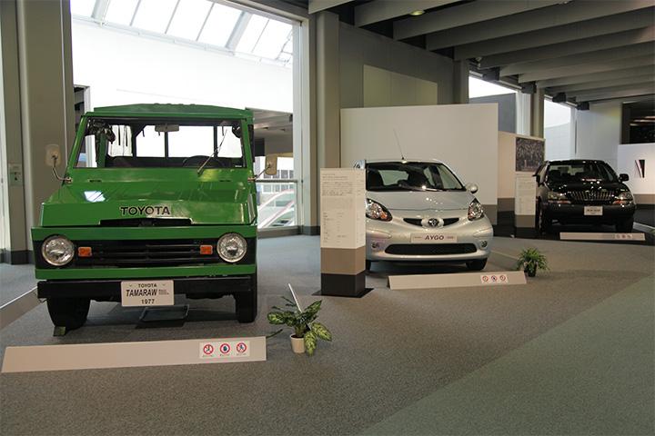 トヨタ タマラオ(左)、トヨタ アイゴ(中)、トヨタ レクサス RX300(右)
