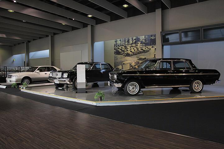 写真右からトヨタ クラウンエイト VG10型 1964, 初代トヨタ センチュリー VG20型 1967, 10代目トヨタ クラウン JZS155型 1995