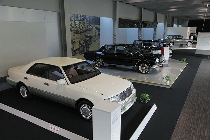 写真左から10代目トヨタ クラウン JZS155型 1995, 初代トヨタ センチュリー VG20型 1967,トヨタ クラウンエイト VG10型 1964, 2代目トヨペット クラウン RS41型 1963
