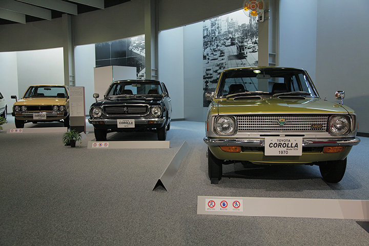 写真右からトヨタ カローラ TE20型 1970, トヨタ カローラ TE30型 1974, トヨタ カローラ AE70型 1979