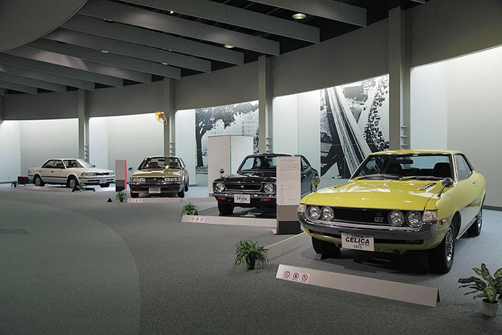 写真右から初代トヨタ セリカ TA22型 1970, トヨタ カローラ レビン  TE27型 1972, トヨタ ソアラ E-MZ11型 1981, トヨタ カリーナED 1985