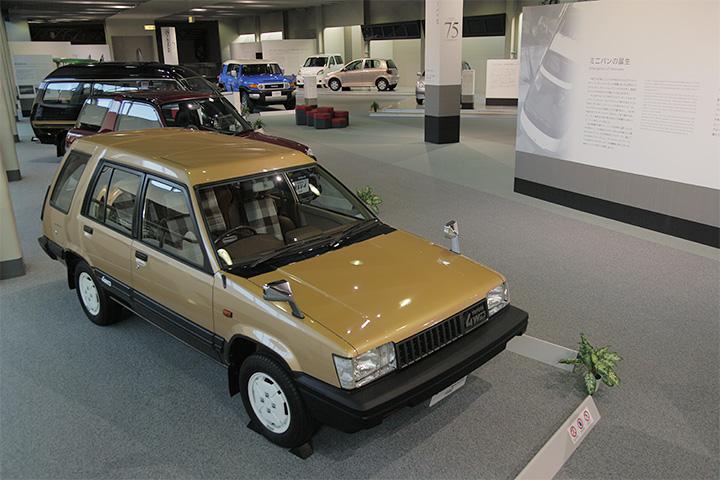 写真手前トヨタ スプリンターカリブ AL25-G型 1982