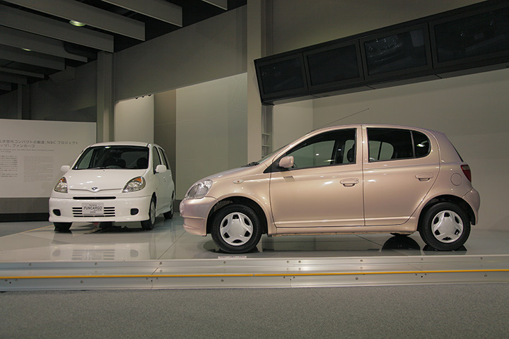 トヨタ ヴィッツ SCP10型 1999(写真右), トヨタ ファンカーゴ NCP20 2000(写真左)