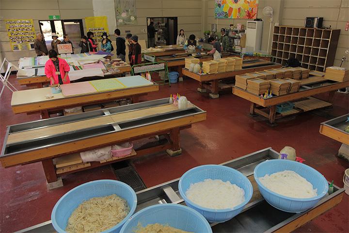 和紙工芸館では小原和紙づくりの見学・体験ができる