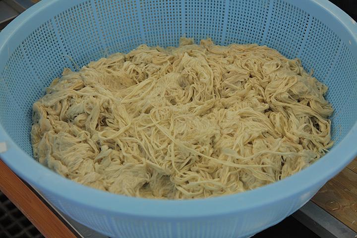 繊維に含まれる不純物を外に出し、軟らかくするための煮熟を終えたこうぞ