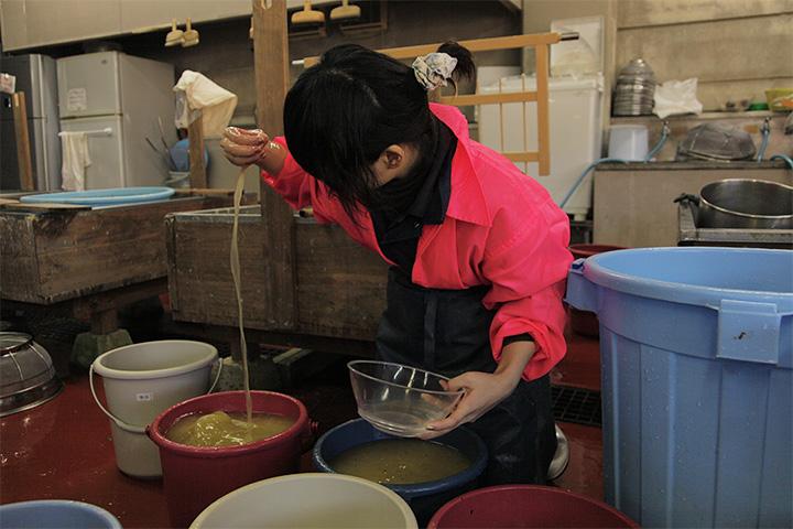 コウゾ繊維、トロ、水を混ぜる