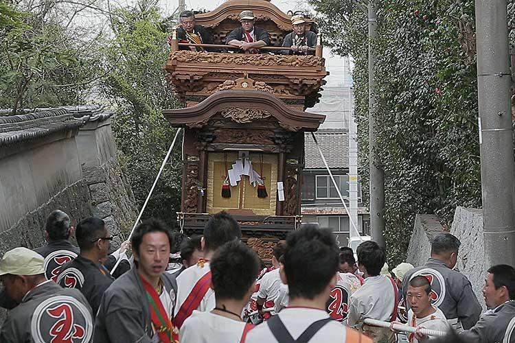 武雄神社の坂を上る玉神車