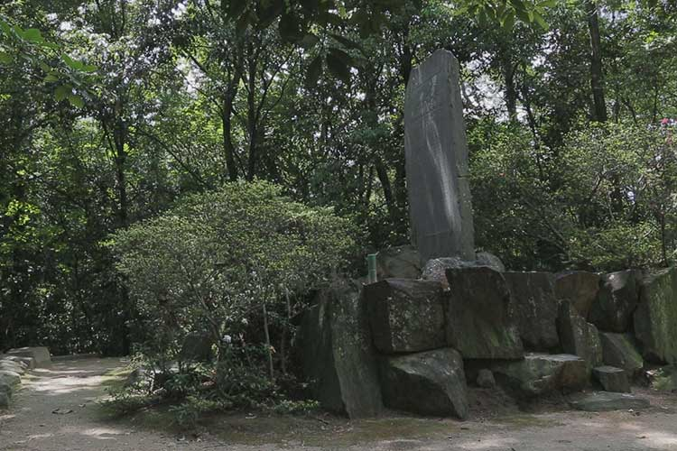 表忠義碑(櫓台上に1910建立)